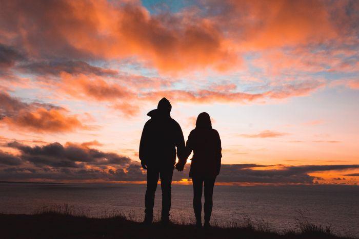 Cuplu care se ține de mână