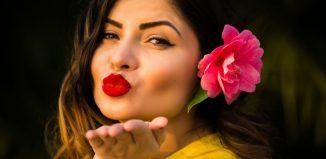 femeie cu mana la buze care trimite un sarut