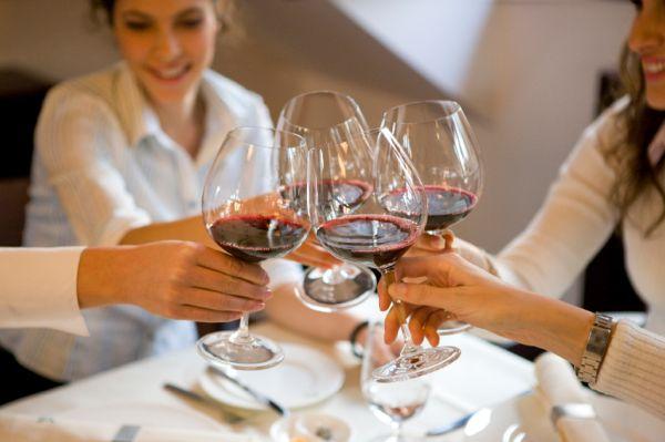 toast prieteni vin