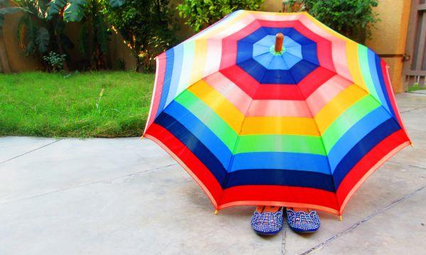 umbrela colorata si papuci de plaja