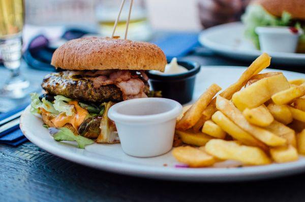 junk food burger si cartofi prajiti
