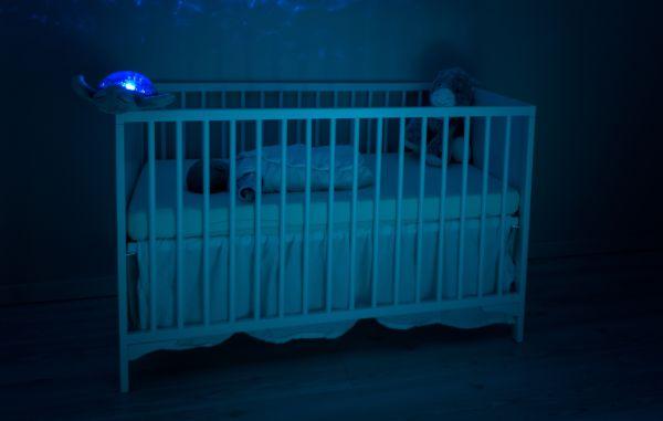 bebelus care doarme in patut