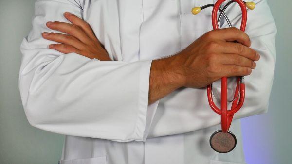 medic care tine in mana un stetoscop