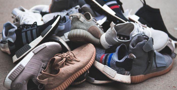 gramada de pantofi vechi