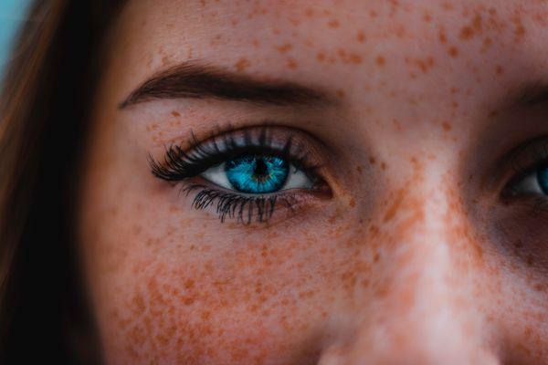 femeie cu ochi albastri