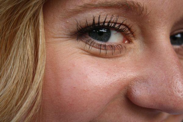 femeie cu riduri la ochi