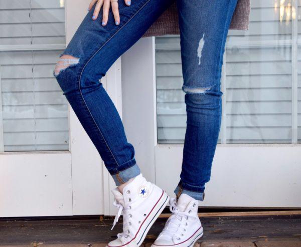 femeie imbracata in jeansi