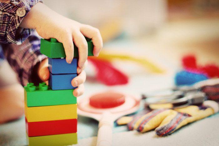 copil care se joaca cu lego