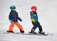 doi copii pe partie la ski