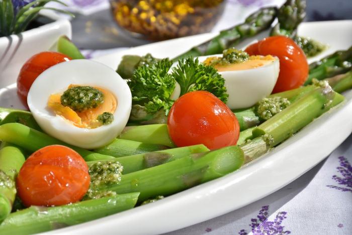 Salata din legume și ou fiert
