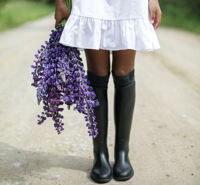 Femeie încălțată cu cizme negre din cauciuc