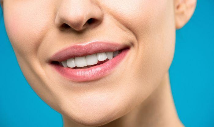 Femeie care zâmbește fericita ca nu are gingivita